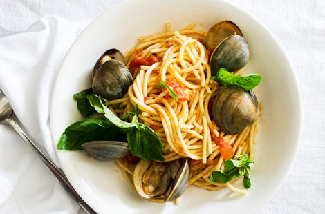 Pasta with fresh tomato sauce, basil and clams